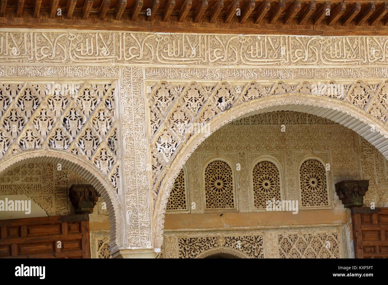 Piastrelle decorate e colonne con forme geometriche e colori nell