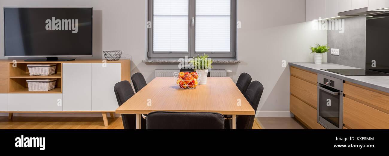 Vista panoramica del moderno e piccolo appartamento con ...