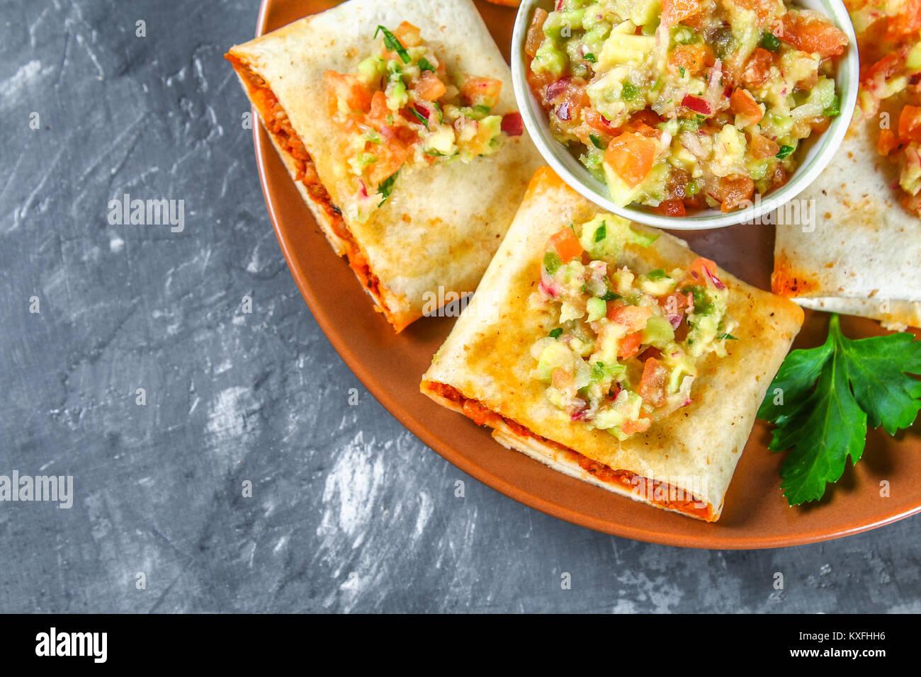 premium selection 094eb b4883 Tradizionale piatto messicano - chimichanga. Torta di mais ...