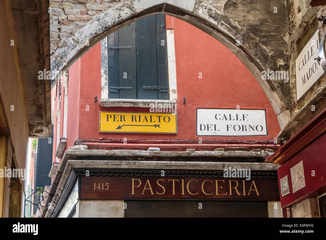 Direzione segni e pasticceria in Veneto, Venezia, Italia, Europa. Foto Stock