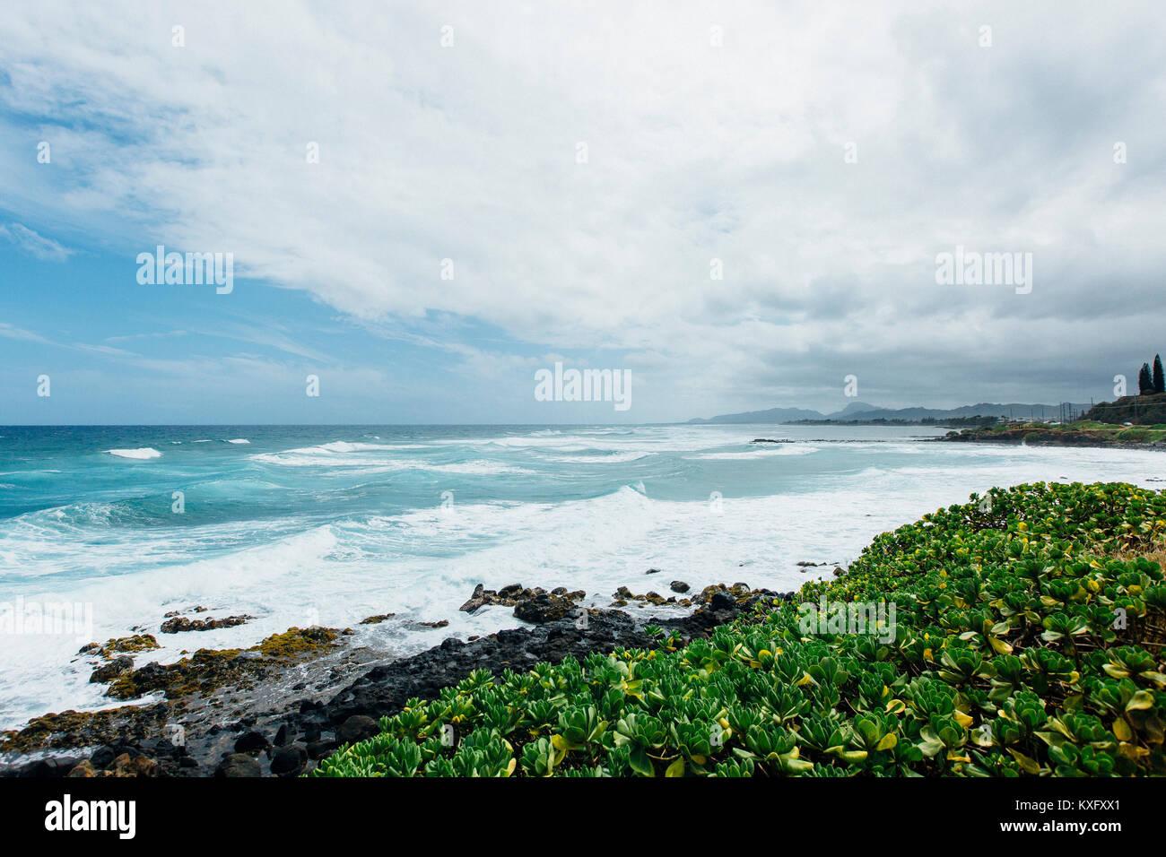 Vista panoramica del mare contro il cielo nuvoloso Foto Stock