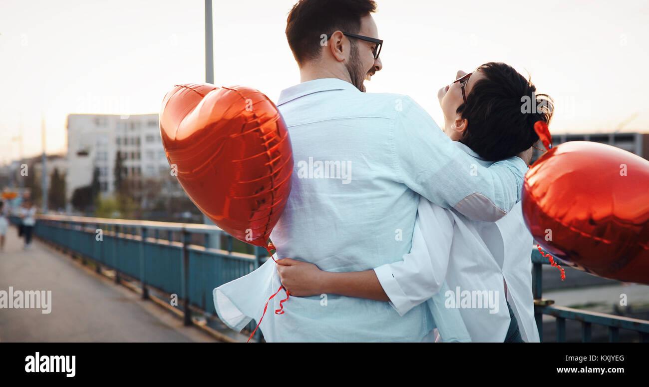Coppia giovane in love dating e sorridente outdoor Immagini Stock