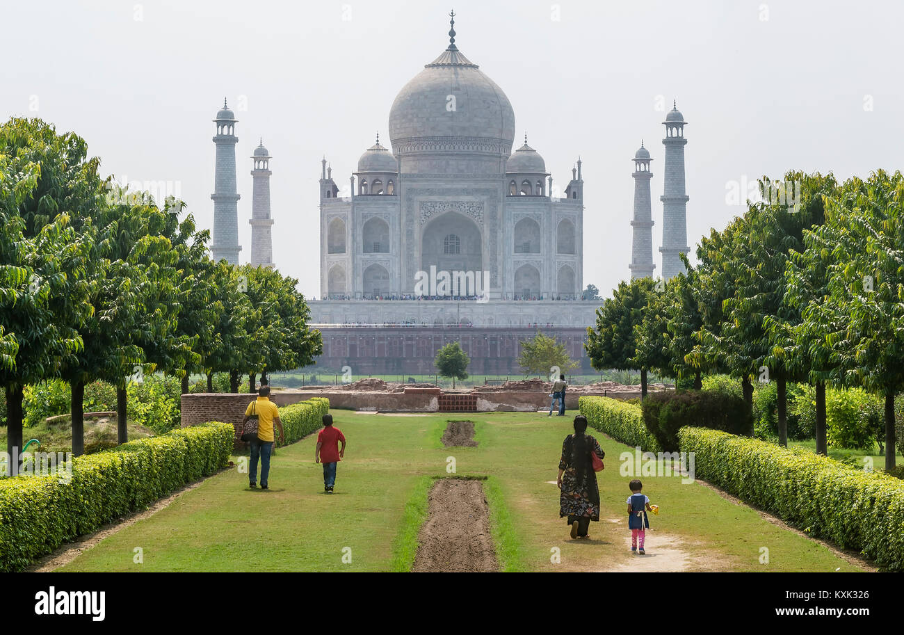 Ammirando il Taj Mahal da Mehtab Bagh park in Agra, Uttar Pradesh, India Immagini Stock