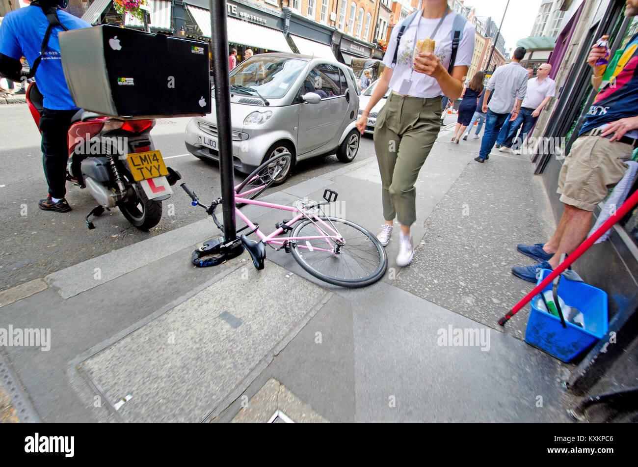 Londra, Inghilterra, Regno Unito. Noleggio concatenati a un post e il blocco di pavimentazione - pericolo di inciampare Immagini Stock