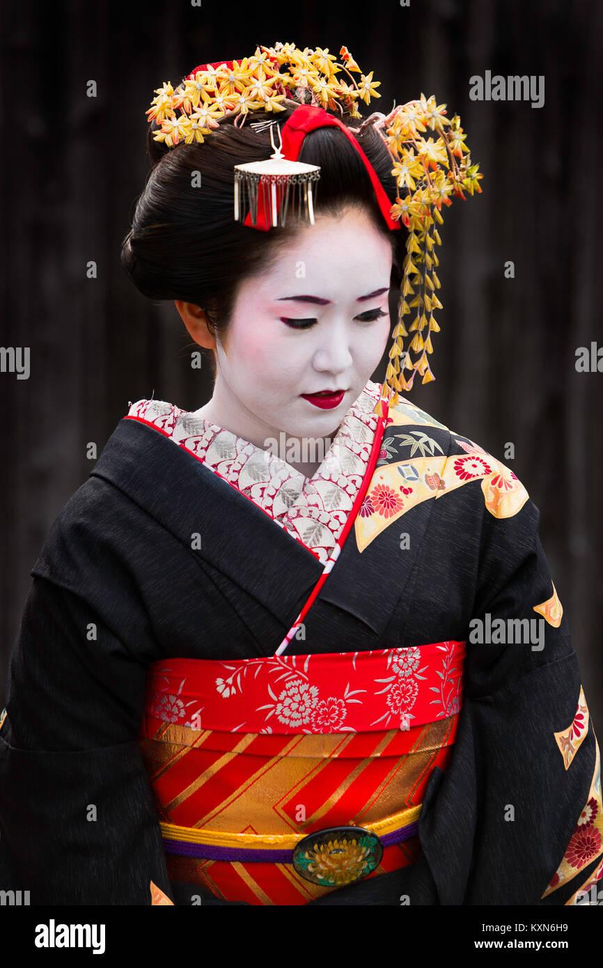 Una geisha passeggiate per le strade di Kyoto, Giappone. Foto Stock