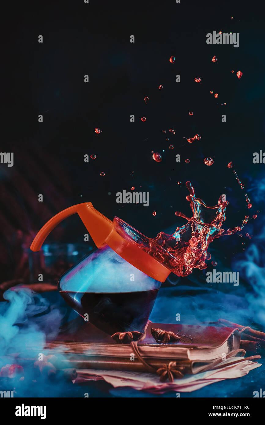Caffettiera per versare sul metodo di erogazione con un bel caffè splash su uno sfondo scuro. Azione fotografia Immagini Stock
