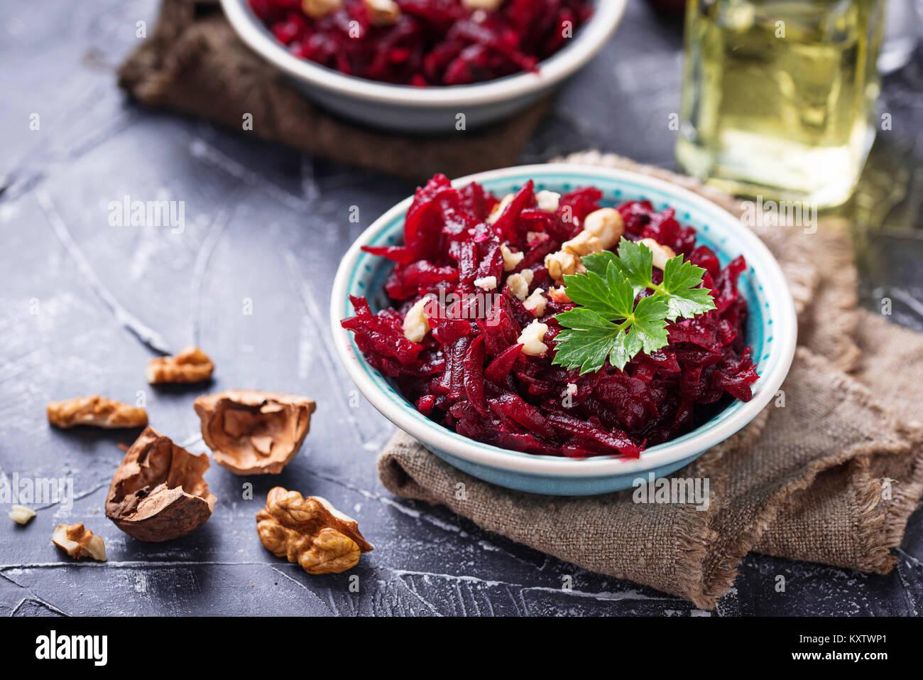 Vegano sano barbabietola insalata con le noci Immagini Stock