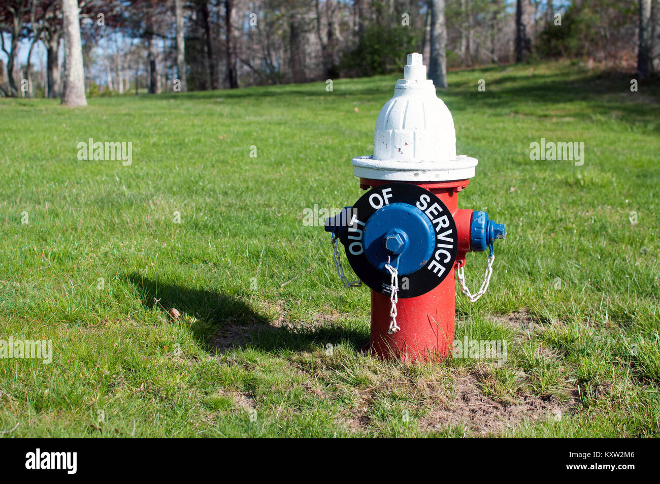 Idrante di fuoco con al di fuori del segno di servizio Immagini Stock