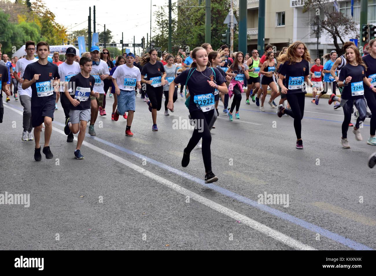 Guide di scorrimento a partire i 5 km di corsa su strada parte del 12 Nov 2017 Atene maratona di autentica, Atene, Immagini Stock