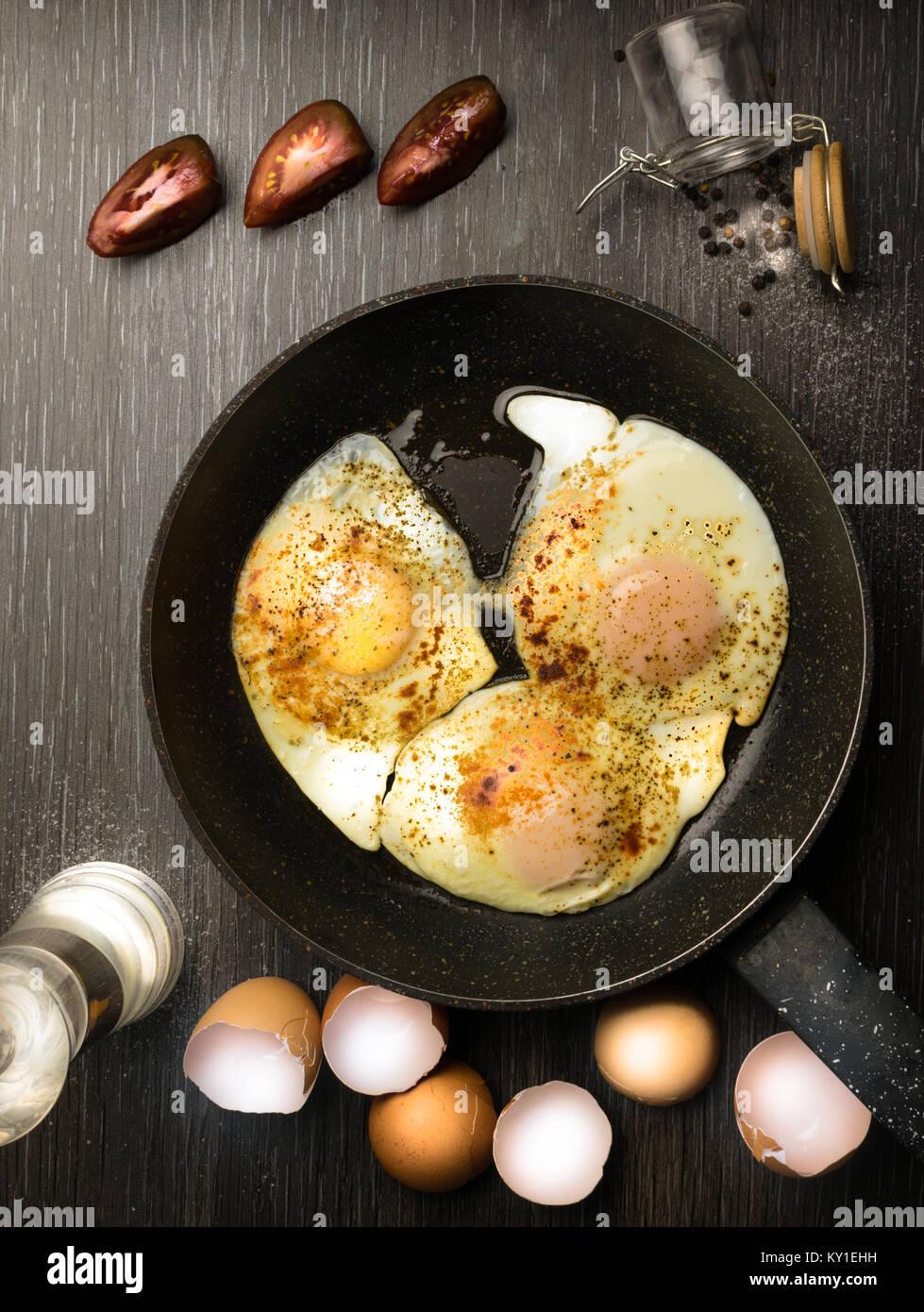 La colazione le uova in padella con pomodori, peperone, curcuma Immagini Stock