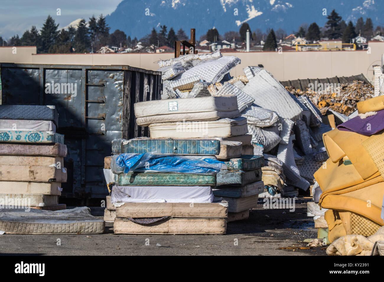 Materasso stabilimento di riciclaggio .sforzandosi di riciclare ogni bit di materassi usati per avere un impatto Foto Stock