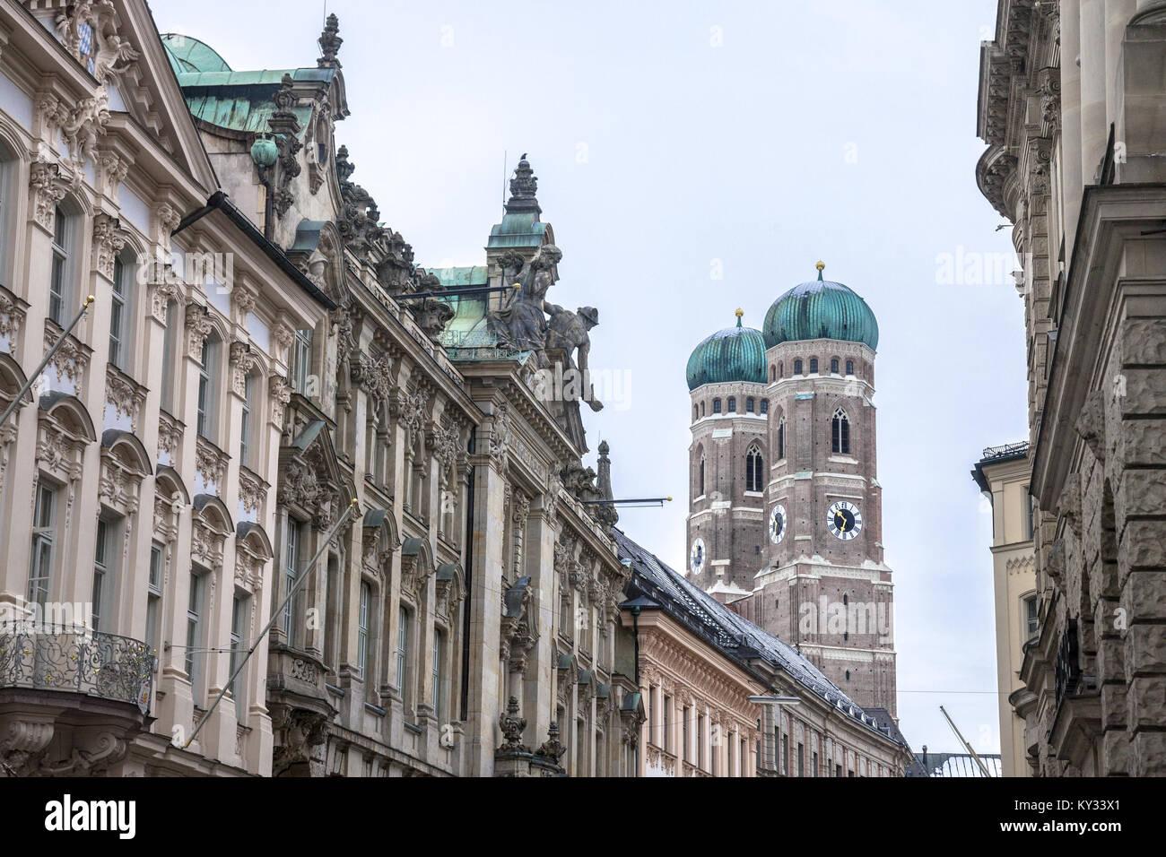 Frauenkirche di Monaco presi da un medievale strada vicina in inverno. La Frauenkirche è una chiesa nella città Immagini Stock