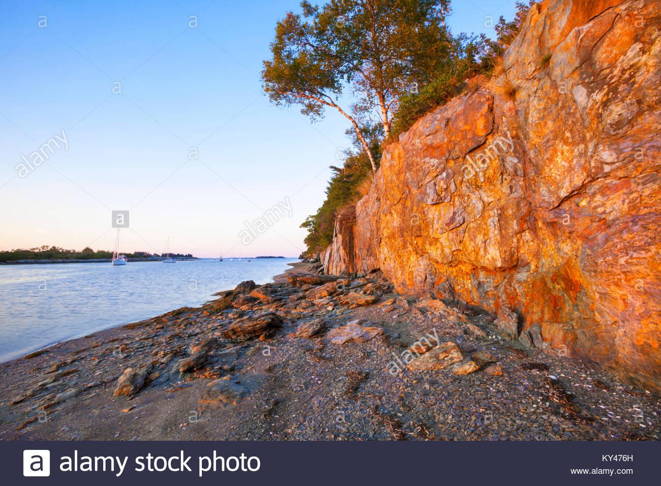 0902-1020 Jewell Island Harbour e scogliere. Casco Bay. Jewell Island State Park, Maine Immagini Stock