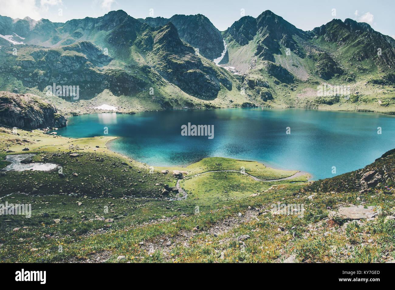 Il turchese del lago e delle Montagne Paesaggio gamma viaggio estivo serena vista aerea Immagini Stock