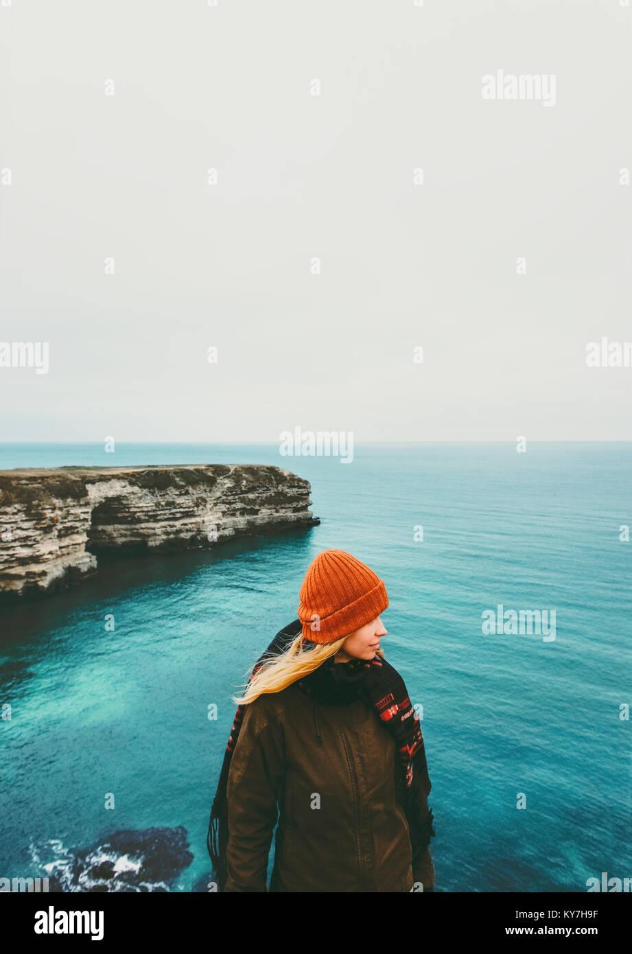 La donna a piedi a freddo o con vista sul mare da solo lo stile di vita di viaggio concetto Vacanze avventura all'aperto Immagini Stock
