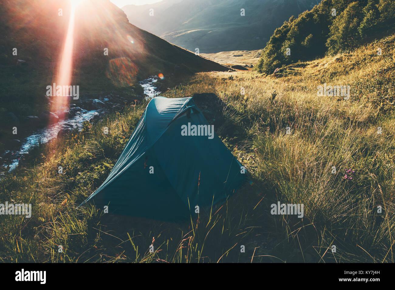 Tende da campeggio a Montagne Paesaggio Lifestyle viaggio concetto Estate Vacanze avventura all'aperto Immagini Stock
