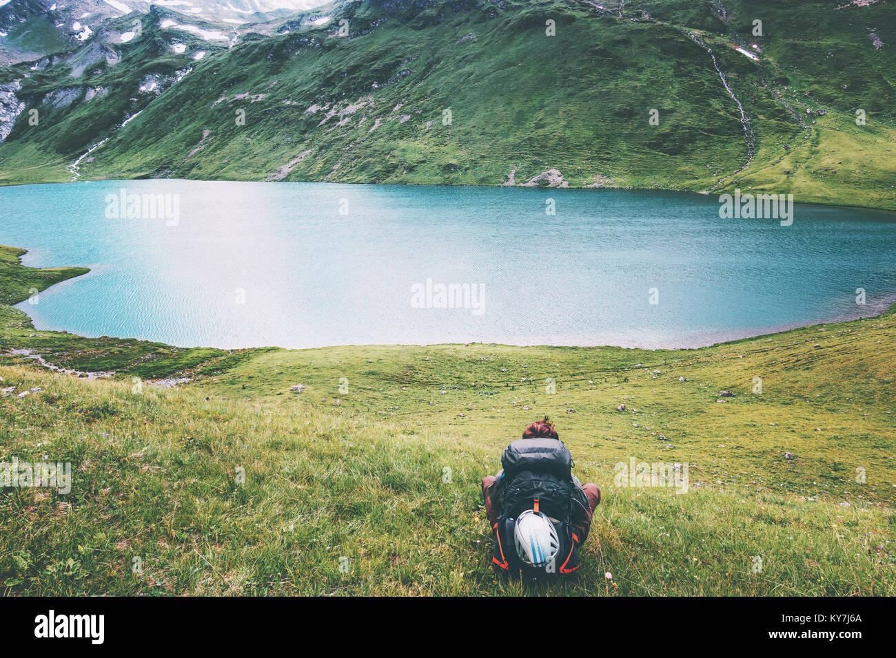 Traveler uomo godendo del lago e delle montagne vista lo stile di vita di viaggio emozioni concetto Vacanze avventura Immagini Stock