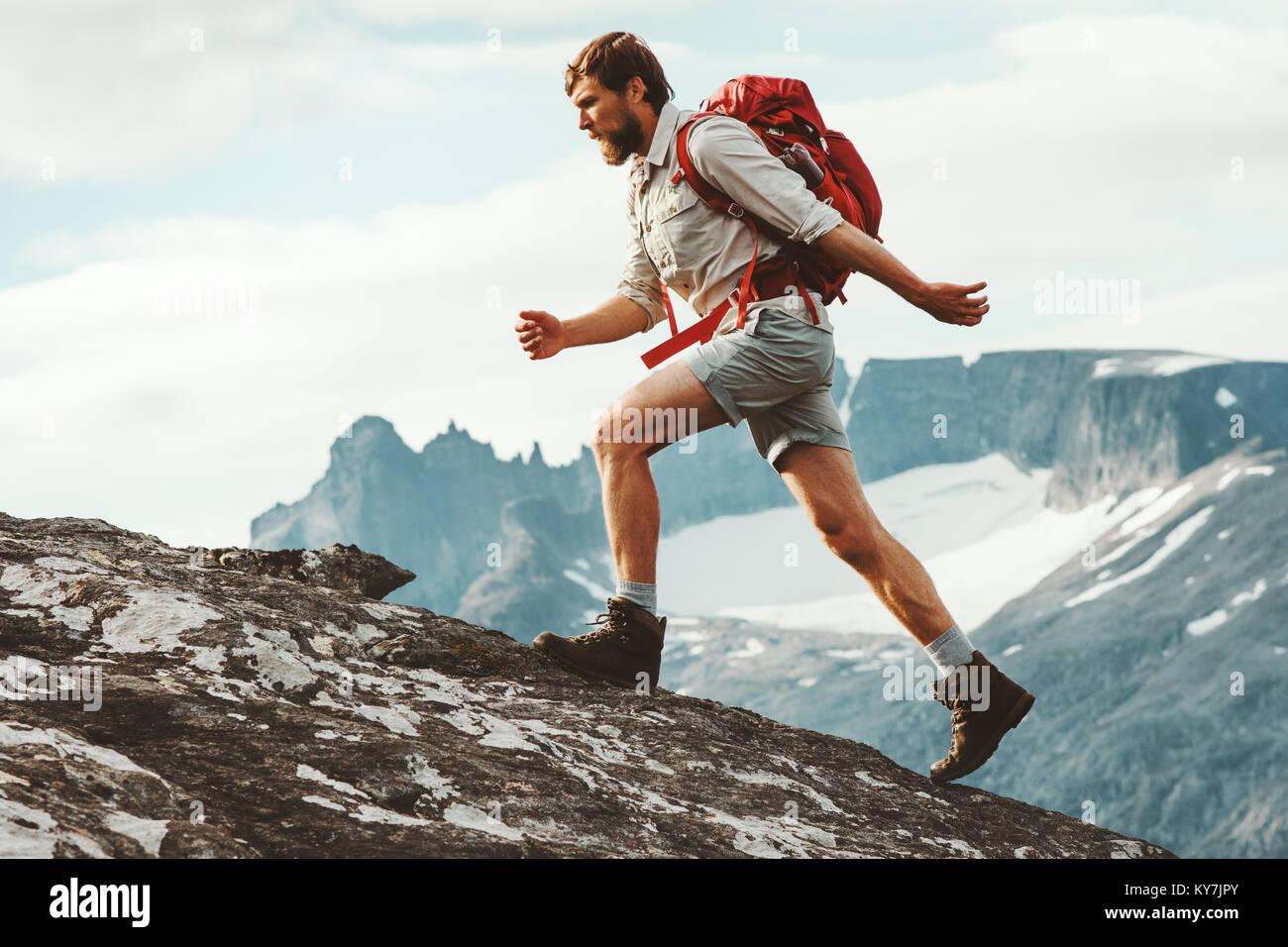 L'uomo avventuriero laghetto in montagna con zaino Norvegia Escursioni Viaggi il concetto di stile di vita attivo Immagini Stock