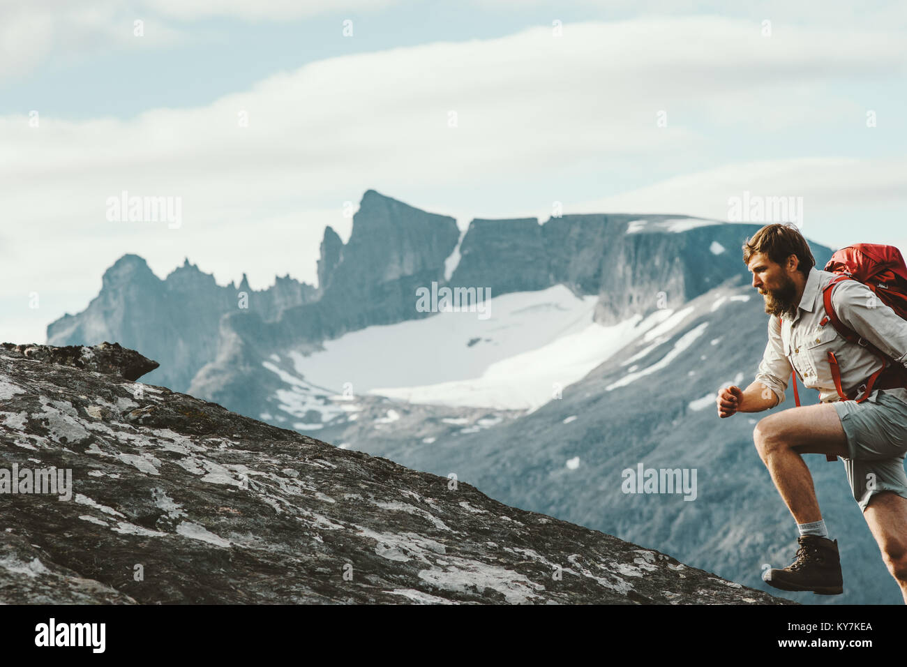 Uomo attivo in esecuzione in montagna con zaino Norvegia Escursioni Viaggi il concetto di stile di vita attivo weekend Immagini Stock