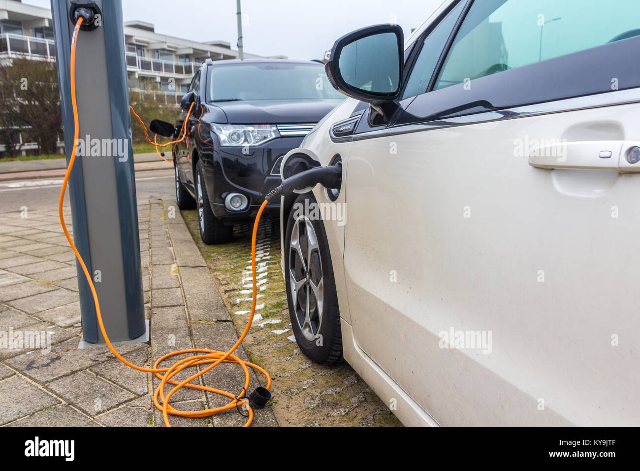 Kijkduin, l'Aia, Paesi Bassi - 13 Gennaio 2017: hybrid auto elettriche ricarica con spina elettrica nella stazione Immagini Stock