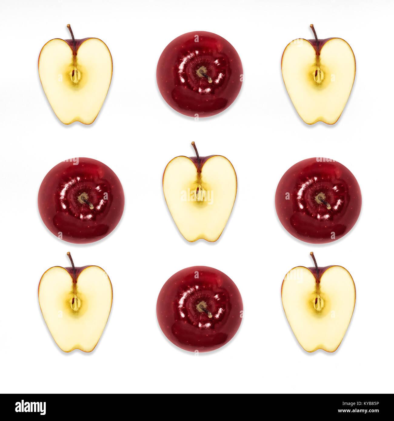 Red apple top view Pattern con tutta la succosa mela rossa e metà delle mele su uno sfondo bianco piatto isolato Immagini Stock