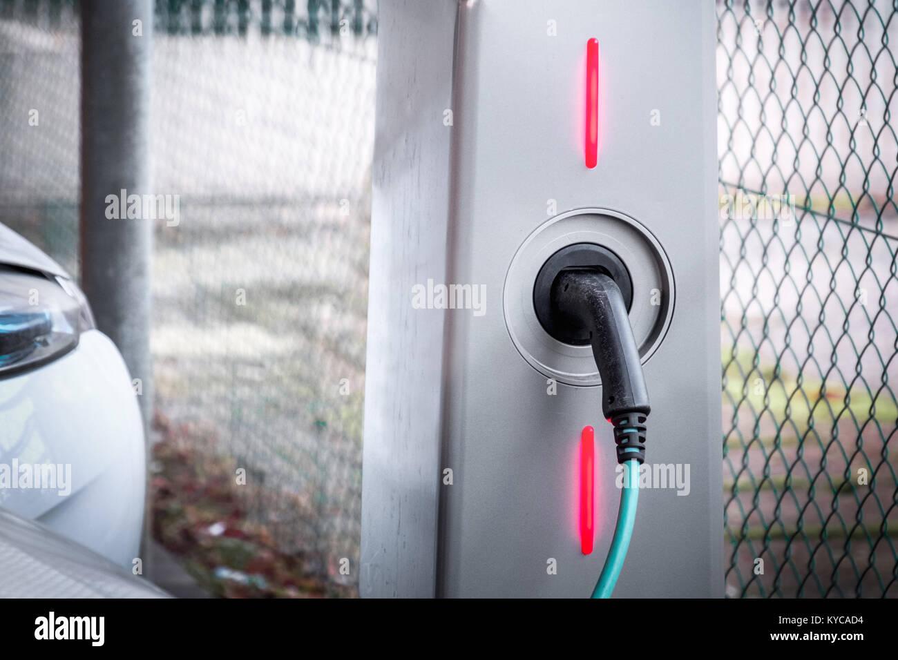 Stazione di ricarica auto elettrica ecologicamente motore trasporto sostenibile Immagini Stock