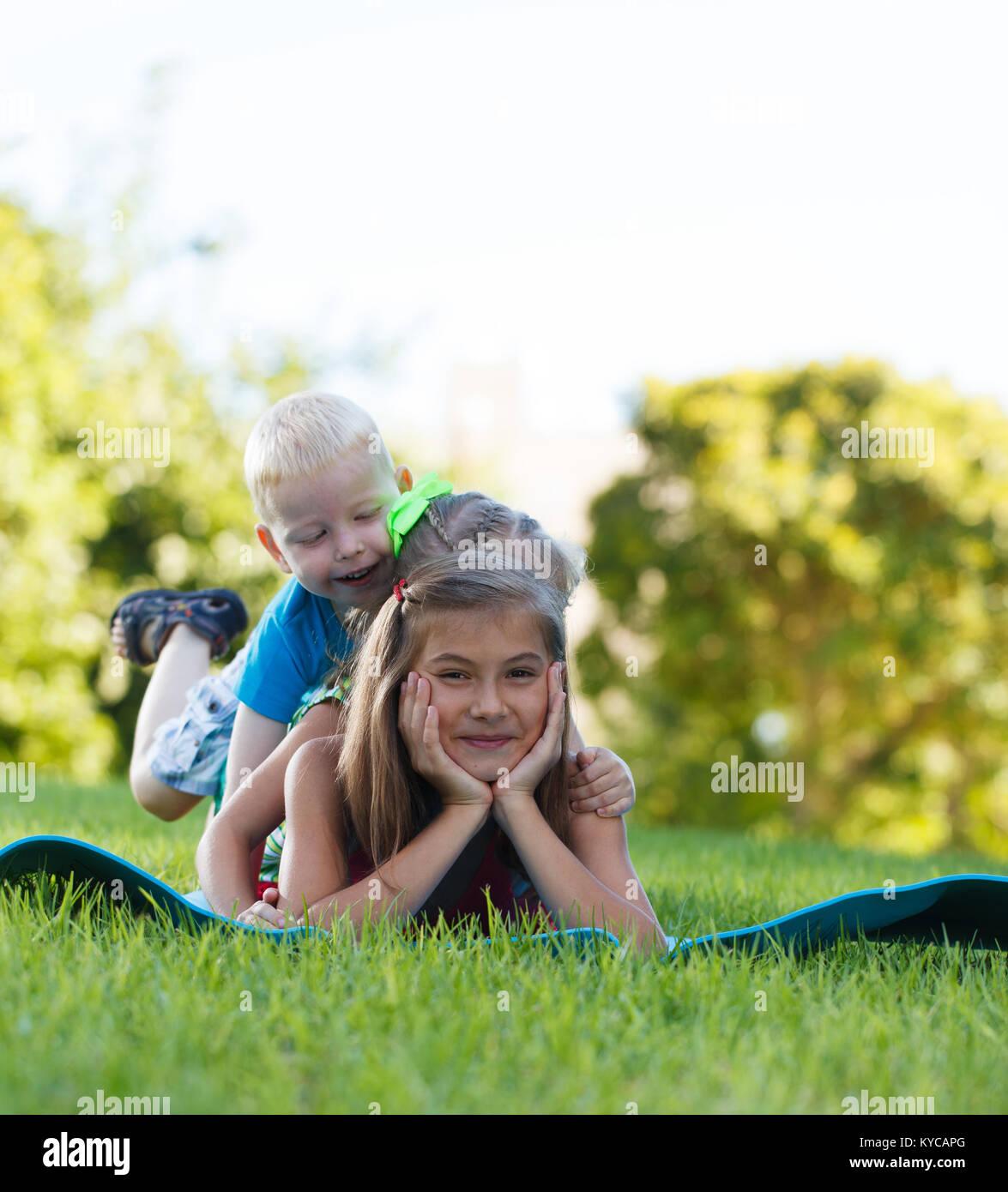 Dei bambini felici giocando piggy back Immagini Stock