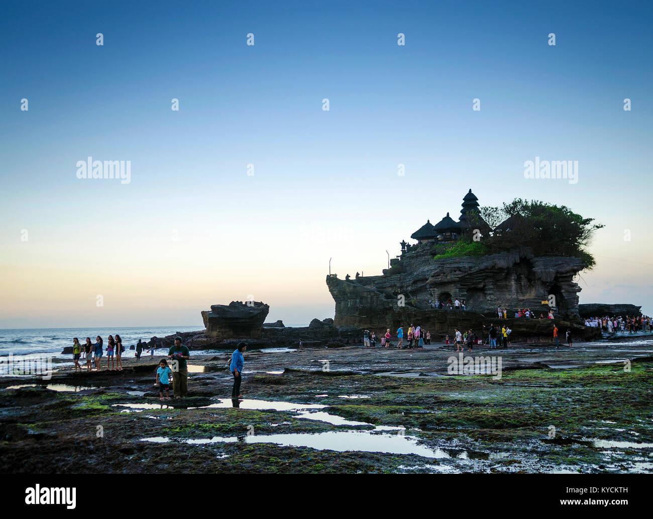Pura Goa Lawah tempio indù tramonto silhouette di retroilluminazione in Bali Indonesia Immagini Stock