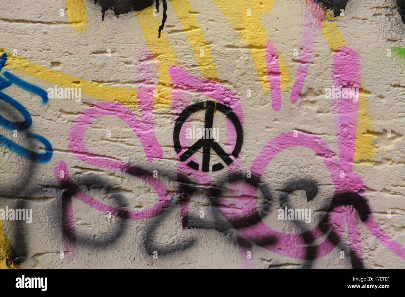 Simbolo di pace raffigurata sulla parete a Regensburg in Baviera, Germania. Immagini Stock