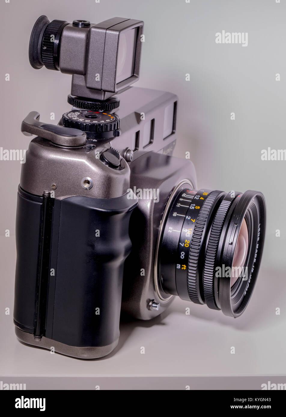 Mamiya 7 fotocamera di medio formato. 6x7 telemetro film, con annesso angolo ampio, leaf shutter, 43mm lente e mirino Immagini Stock