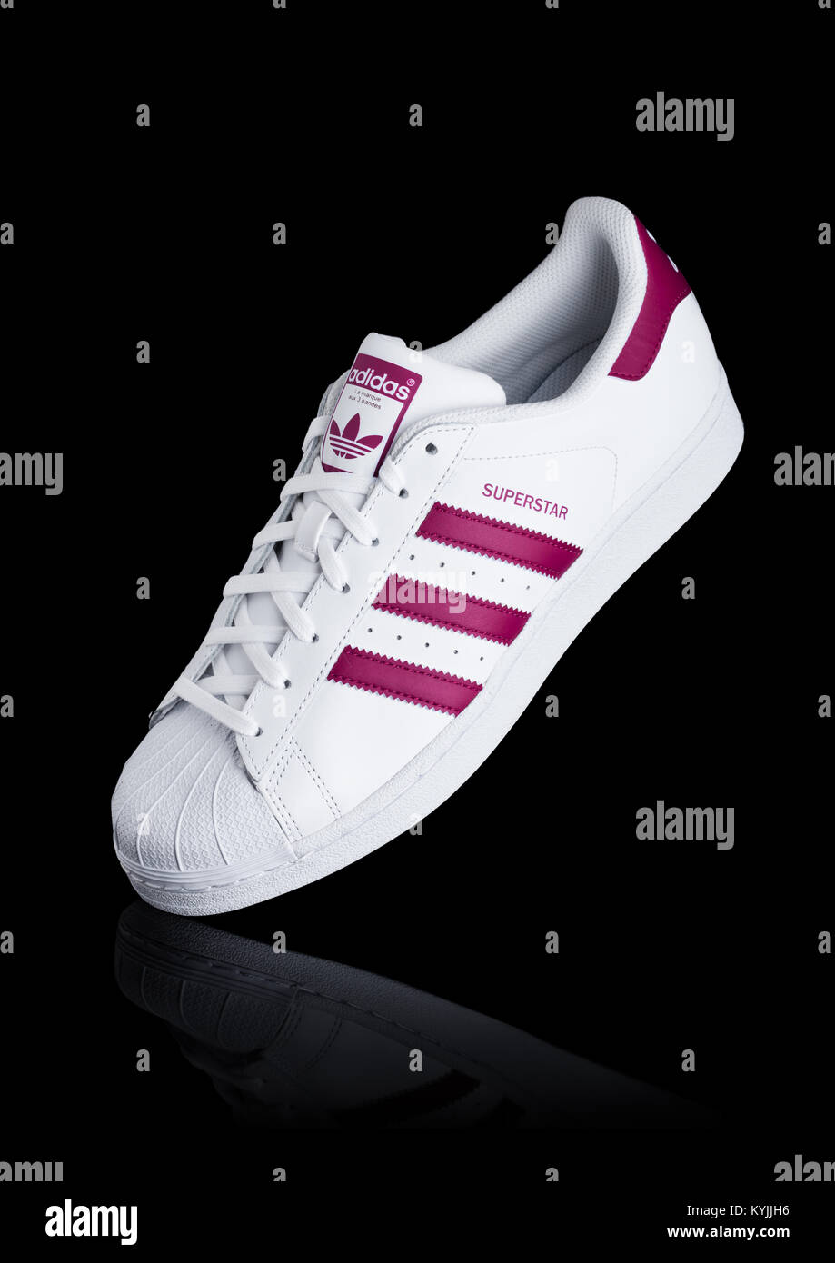 Adidas Black Sneakers Immagini   Adidas Black Sneakers Fotos Stock ... 489350645dc