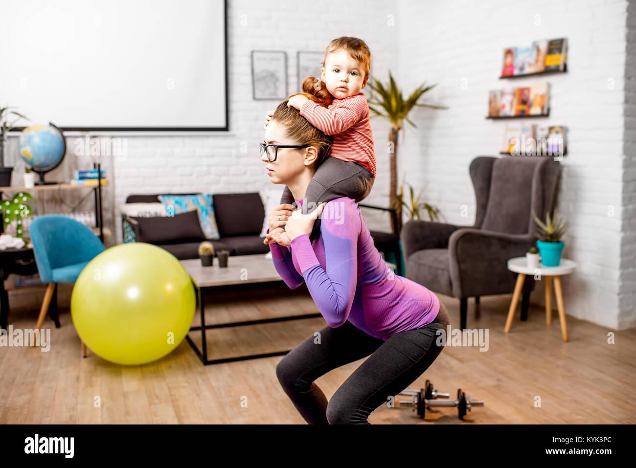 Madre facendo sport con il suo bambino figlio Immagini Stock