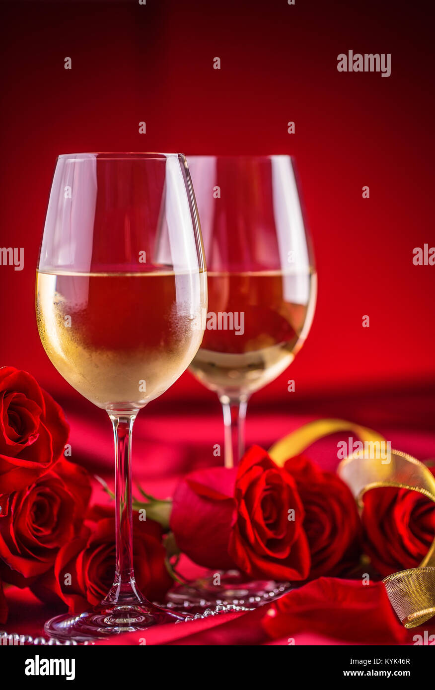 Anniversario Matrimonio Auguri Romantici : Valentines o il concetto di matrimonio. bicchieri di vino rose rosse