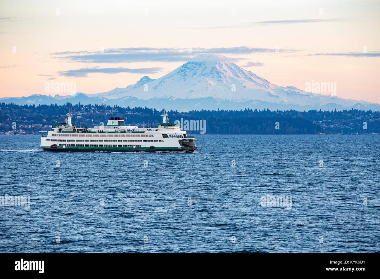 Mount Rainier con Seattle traghetto sul Puget Sound. Immagini Stock