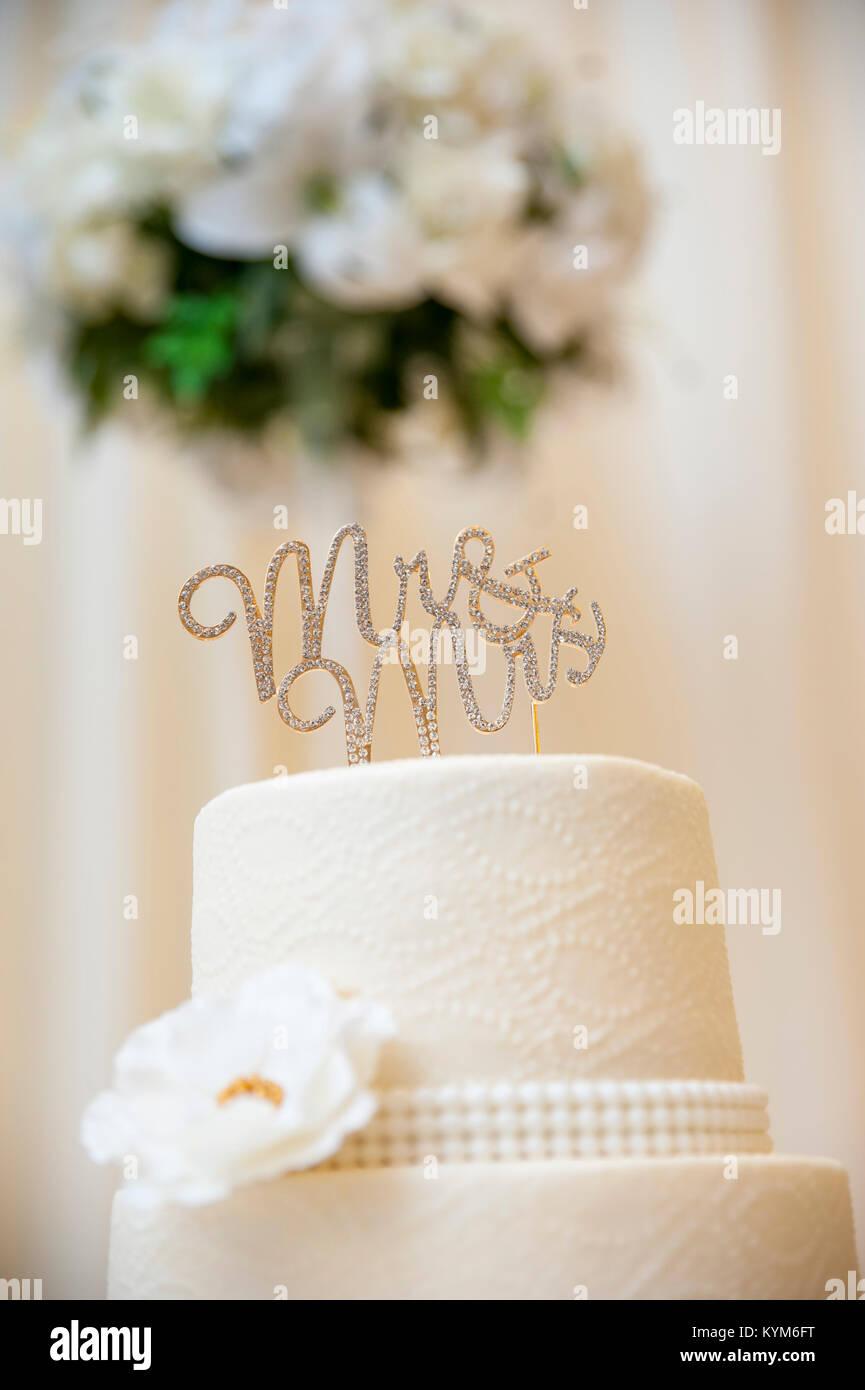 Un matrimonio cake topper, lettura 'Mr. & Mrs', su una bella torta Immagini Stock