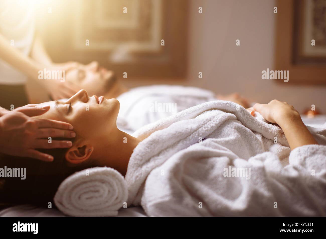 Coppia giovane ricevere massaggio testa a beauty spa Immagini Stock