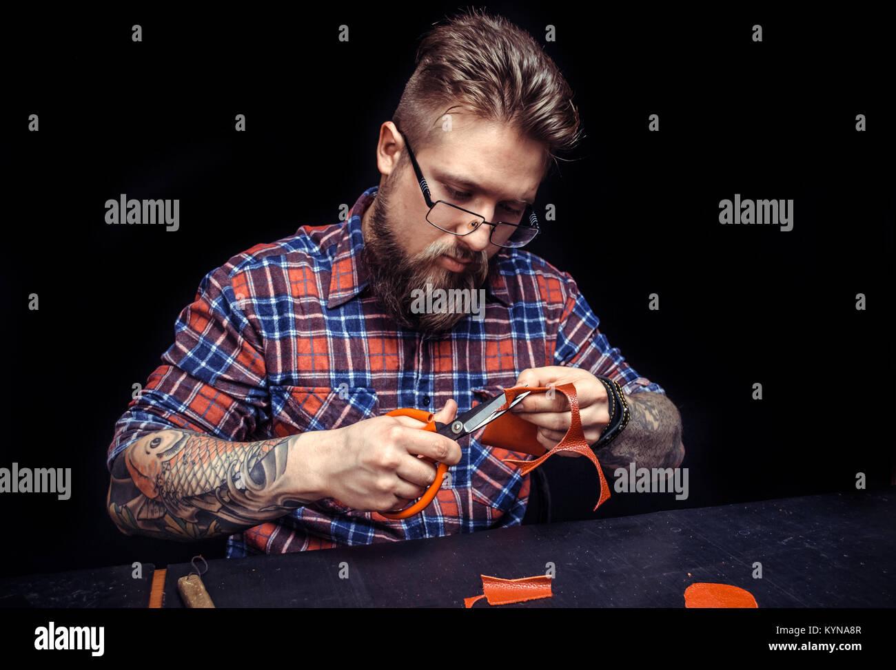 Uomo al lavoro con pelle produce un buon prodotto presso il negozio di abbronzatura Immagini Stock