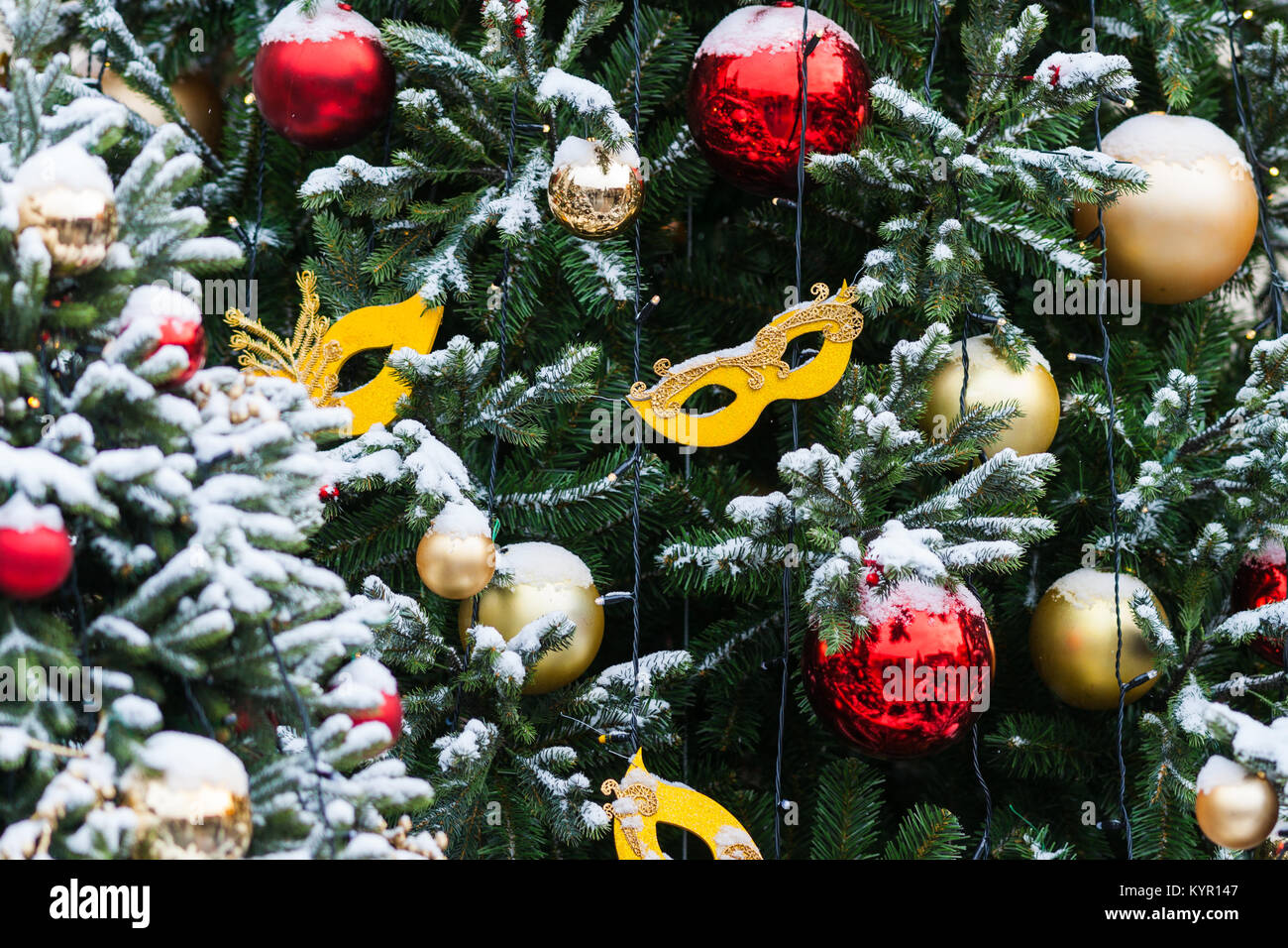 Albero Natale Decorato Rosso coperta di neve albero di natale decorato con il rosso e il