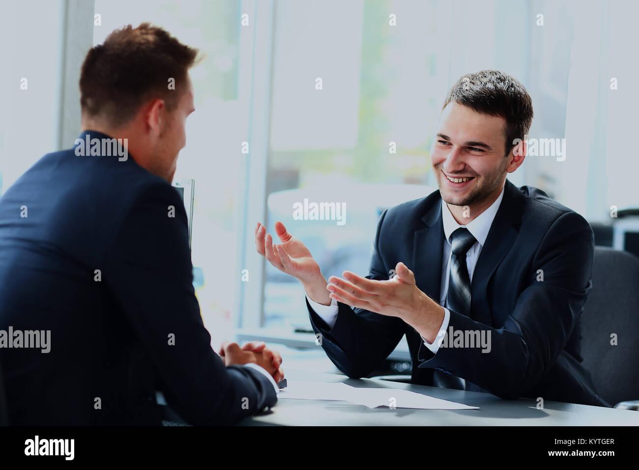La gente di affari di parlare durante il colloquio nel loro ufficio. Immagini Stock