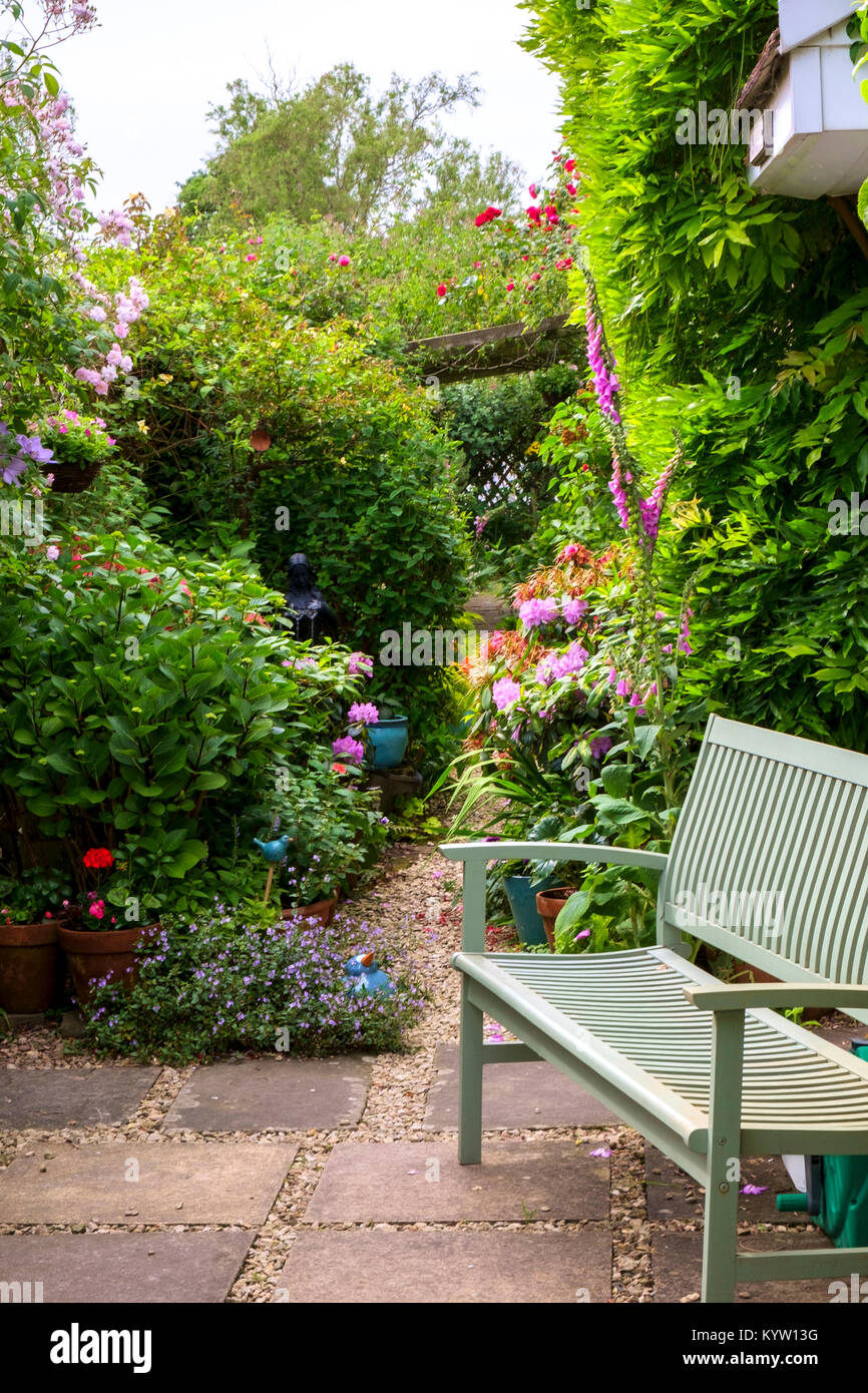 Panchine Da Giardino Colorate.Una Panchina Da Giardino Accanto A Un Idilliaco Colorata Estate Uk