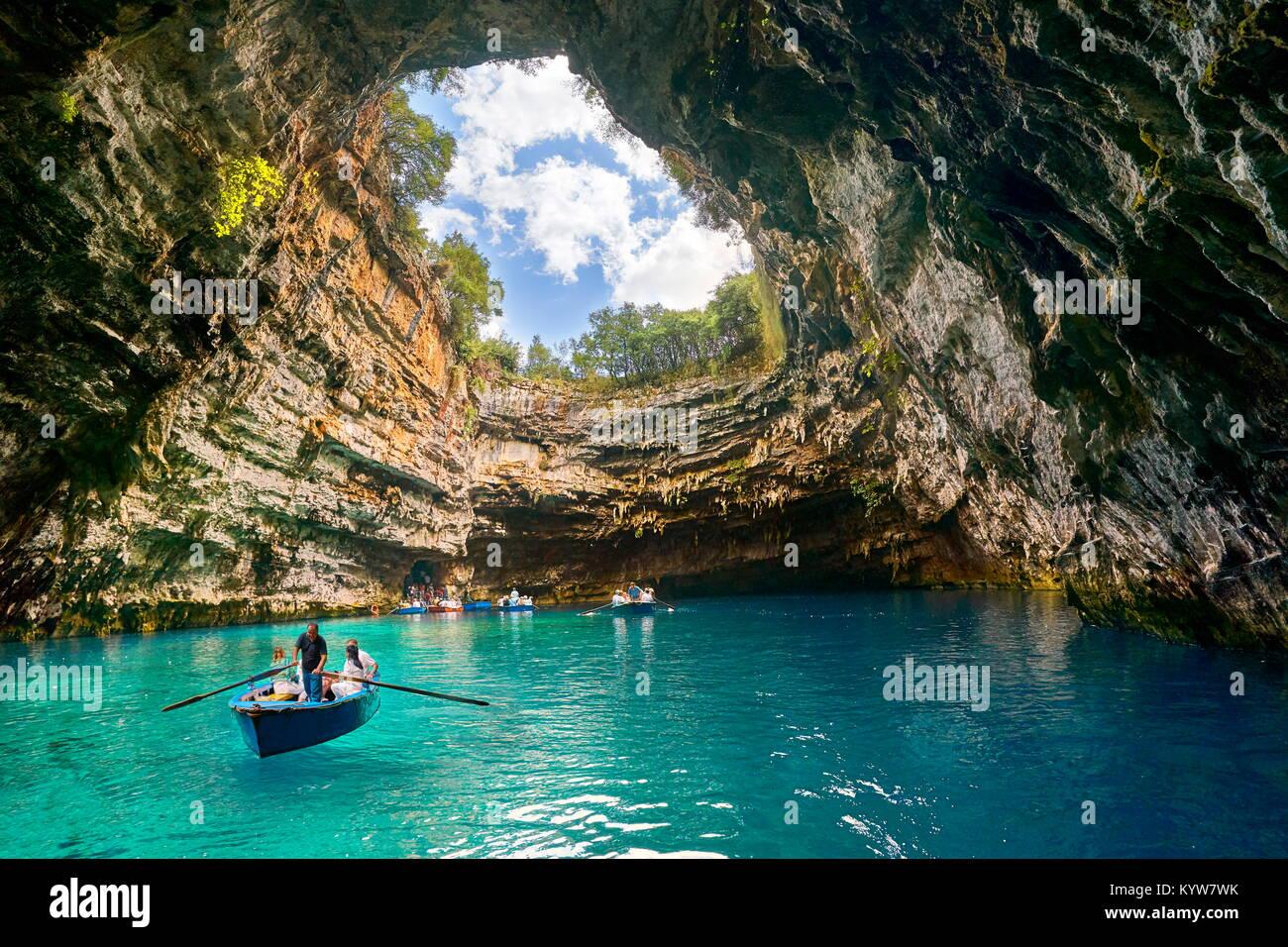 La barca turistica sul lago in grotta Melissani, l'isola di Cefalonia, Grecia Immagini Stock