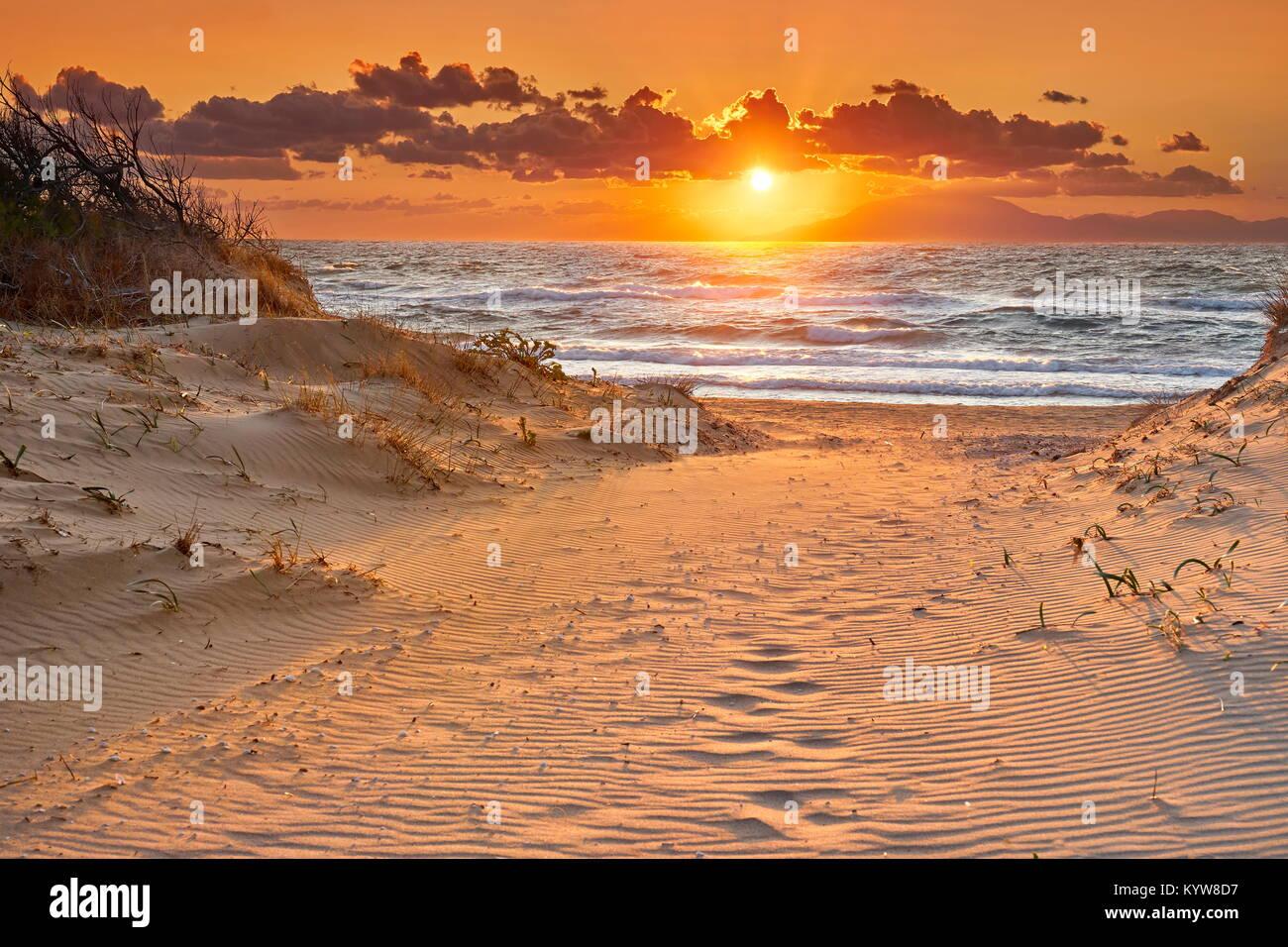 Peloponneso spiaggia al tramonto, Grecia Immagini Stock