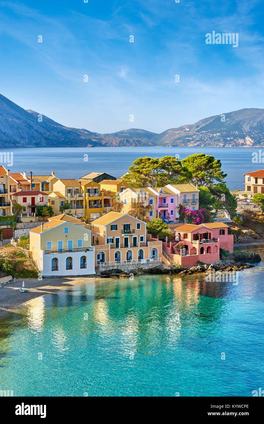 Case colorate in Assos village, l'isola di Cefalonia, Grecia Immagini Stock