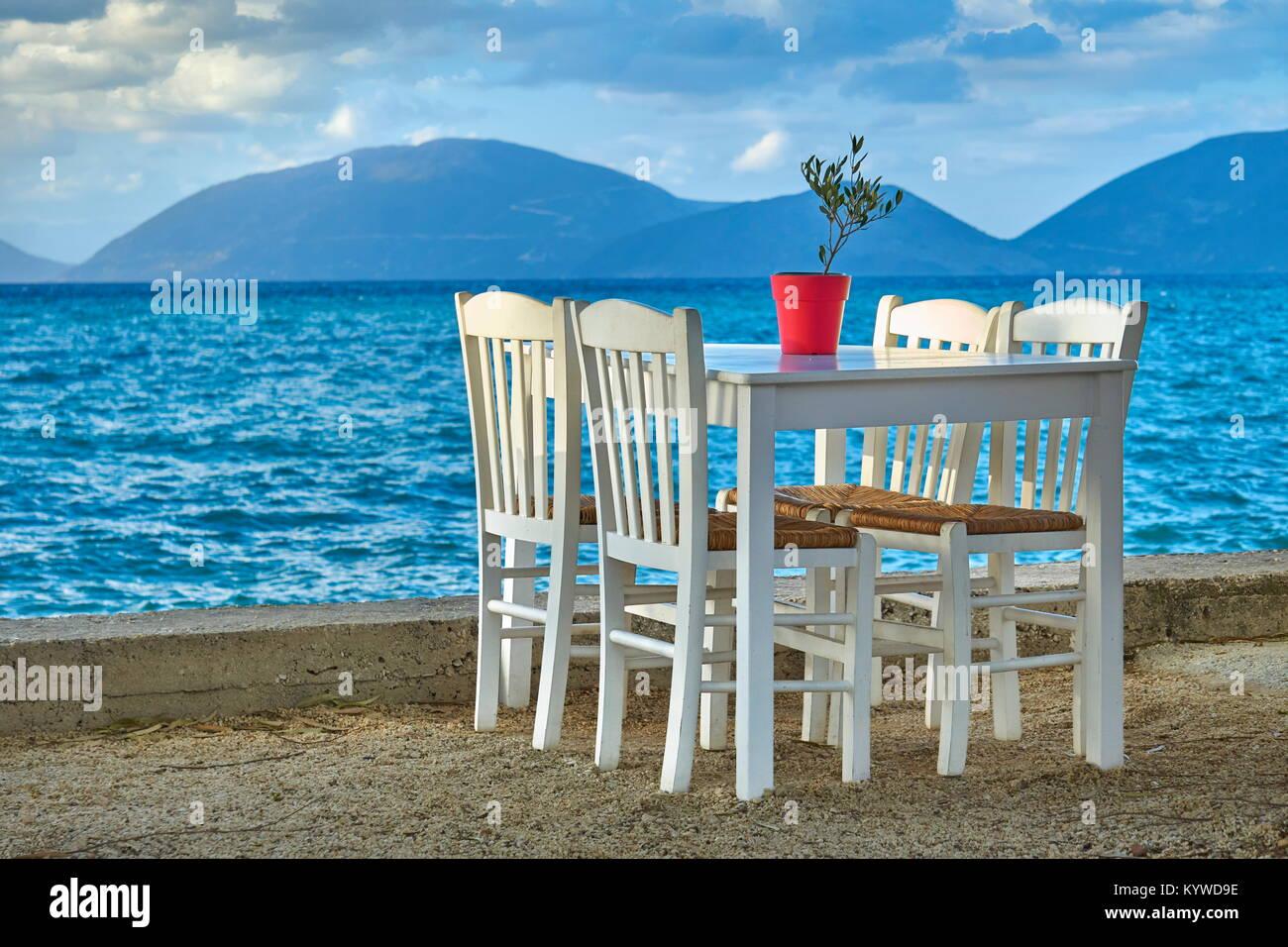 Tavolo con sedie in una tradizionale taverna Greca, Sami, l'isola di Cefalonia, Grecia Immagini Stock