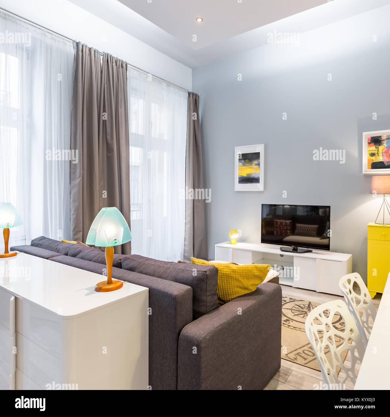 Tv contemporaneo soggiorno con tavolo, divano e dresser Foto ...
