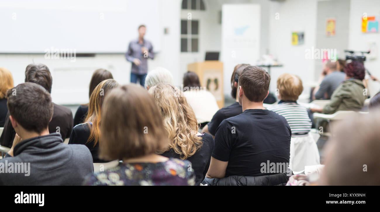 L uomo dando la presentazione nell aula magna dell università. Immagini Stock