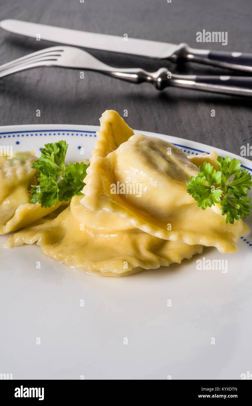 Pasta fatta in casa Ravioli fatti a mano Immagini Stock