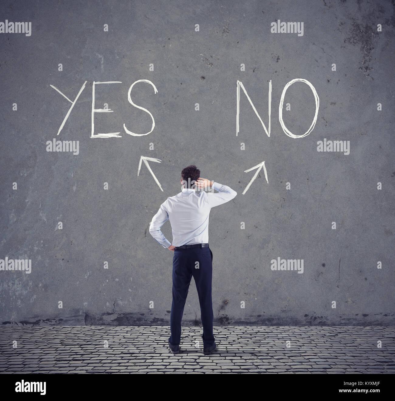 Imprenditore di fronte a una scelta. sì o no Immagini Stock