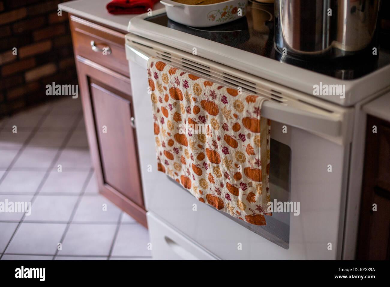 Close-up di canovaccio contro il forno in cucina a casa Foto Stock