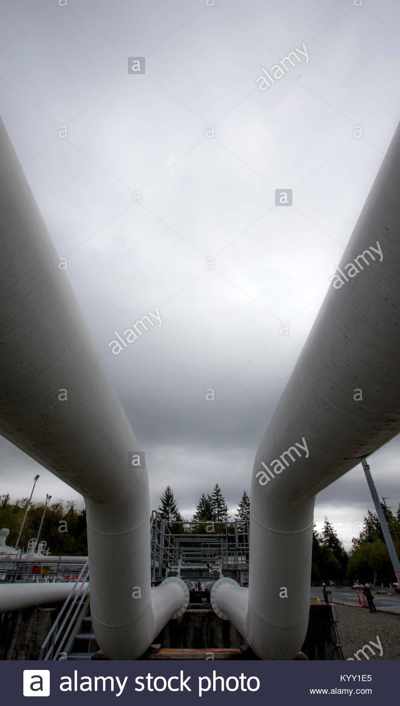 Basso angolo di visione delle condotte contro il cielo nuvoloso Immagini Stock